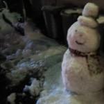 クラウンクラウンの会社の前に、雪だるまが作られていました