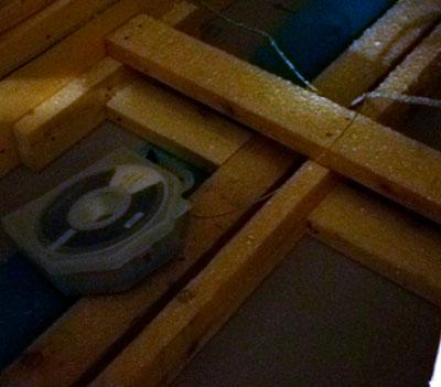 屋根裏からワイヤーを通したところ