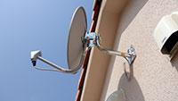 新規に配線したBS用のアンテナ線を利用してBSアンテナを屋根裏外壁に設置