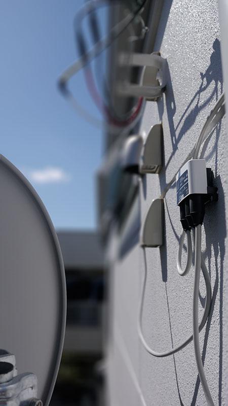 白い壁面には110度CSアンテナDSA456と混合器MC002Cを設置