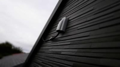 黒い建物であったので、黒いケーブルで目立ちにくいように配線しています。