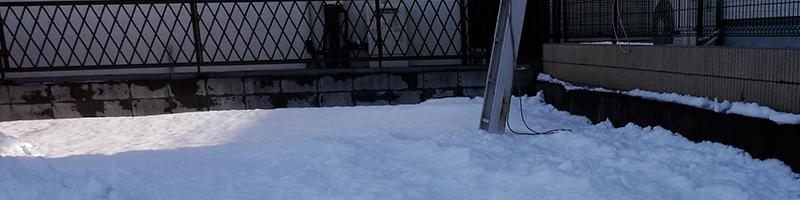 梯子を立てる場所はまだかなりの雪が残っている状態でした