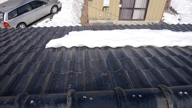 凍った雪の重みで下に引っ張られたアンテナ線