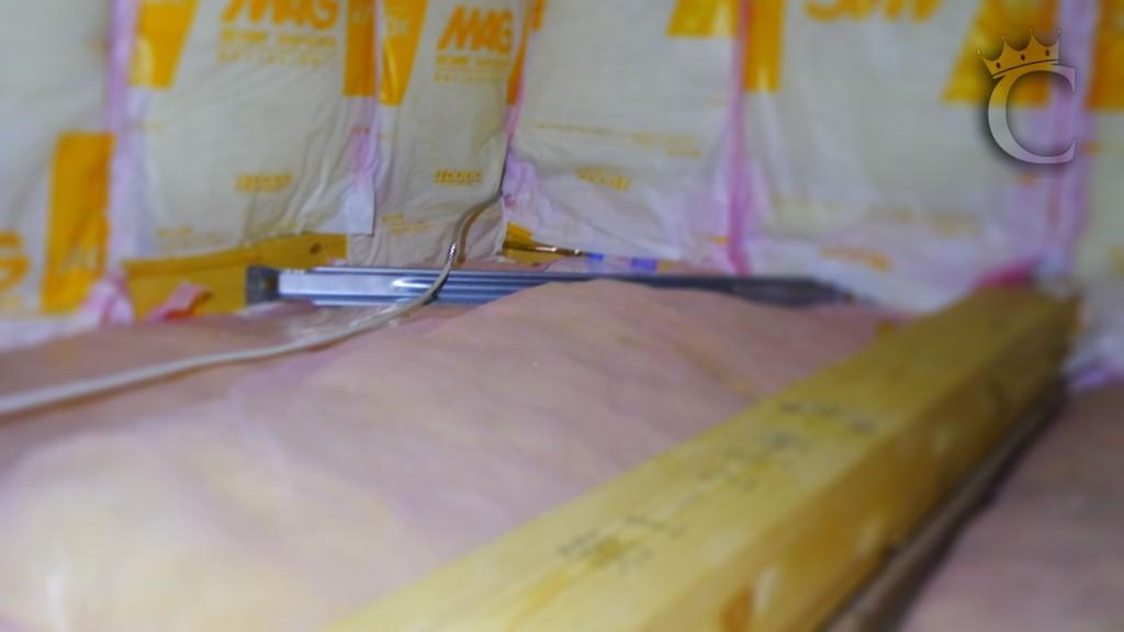 壁から出ていた配線を屋根裏に引き込み、新規配線と接続しています。