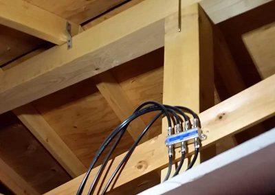 屋根裏の中に分配器が設置
