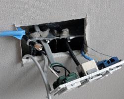 江東区壁掛けテレビコンセント分解