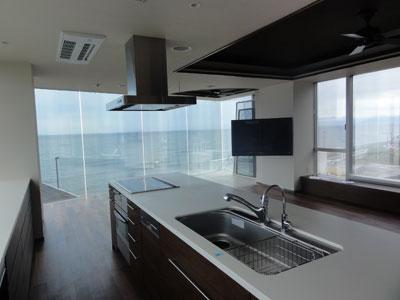 海を一望できるキッチンにフルモーション金具LF228で壁掛けにしたテレビ