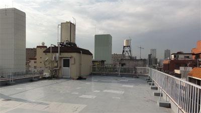 マンション屋上にフラットアンテナUAH800Lを設置