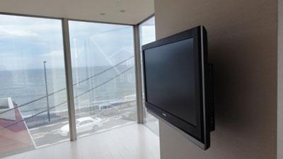 SANUSのVMF220を利用した壁掛け設置例