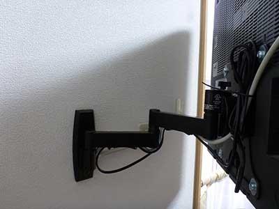 杉戸町テレビ壁掛け工事_テレビ背面のコードのまとめ方