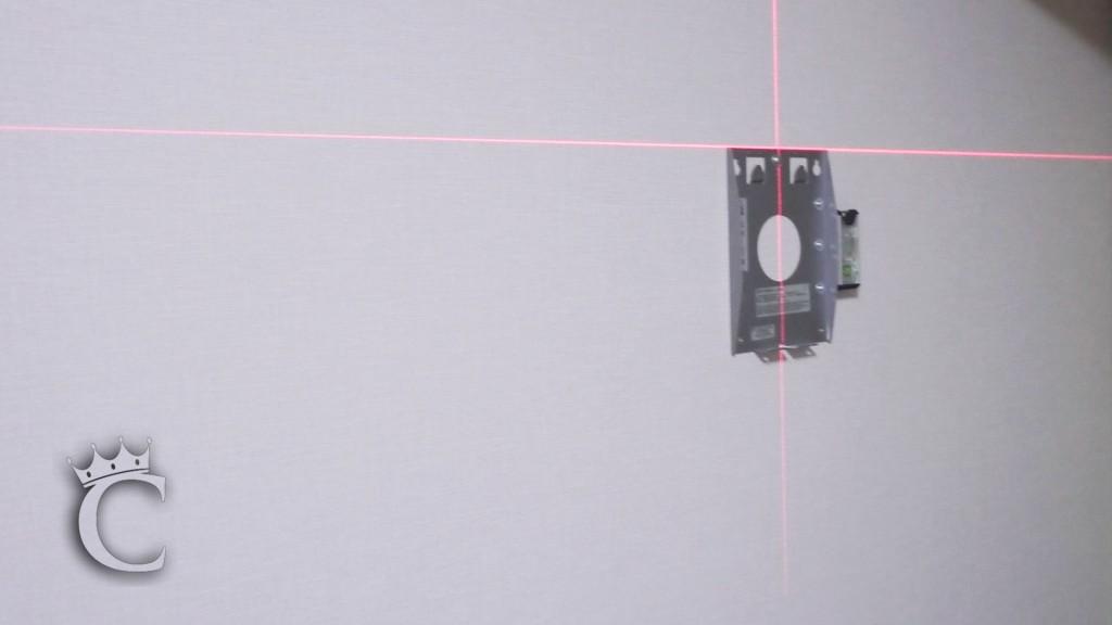 いつも通り金具の取り付けにはレーザーで水平出しと位置合わせをします