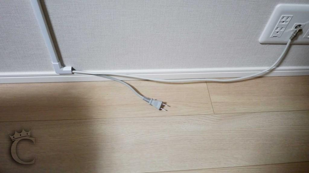 電源ケーブルを延長するため、モールは上下方向のみとしています