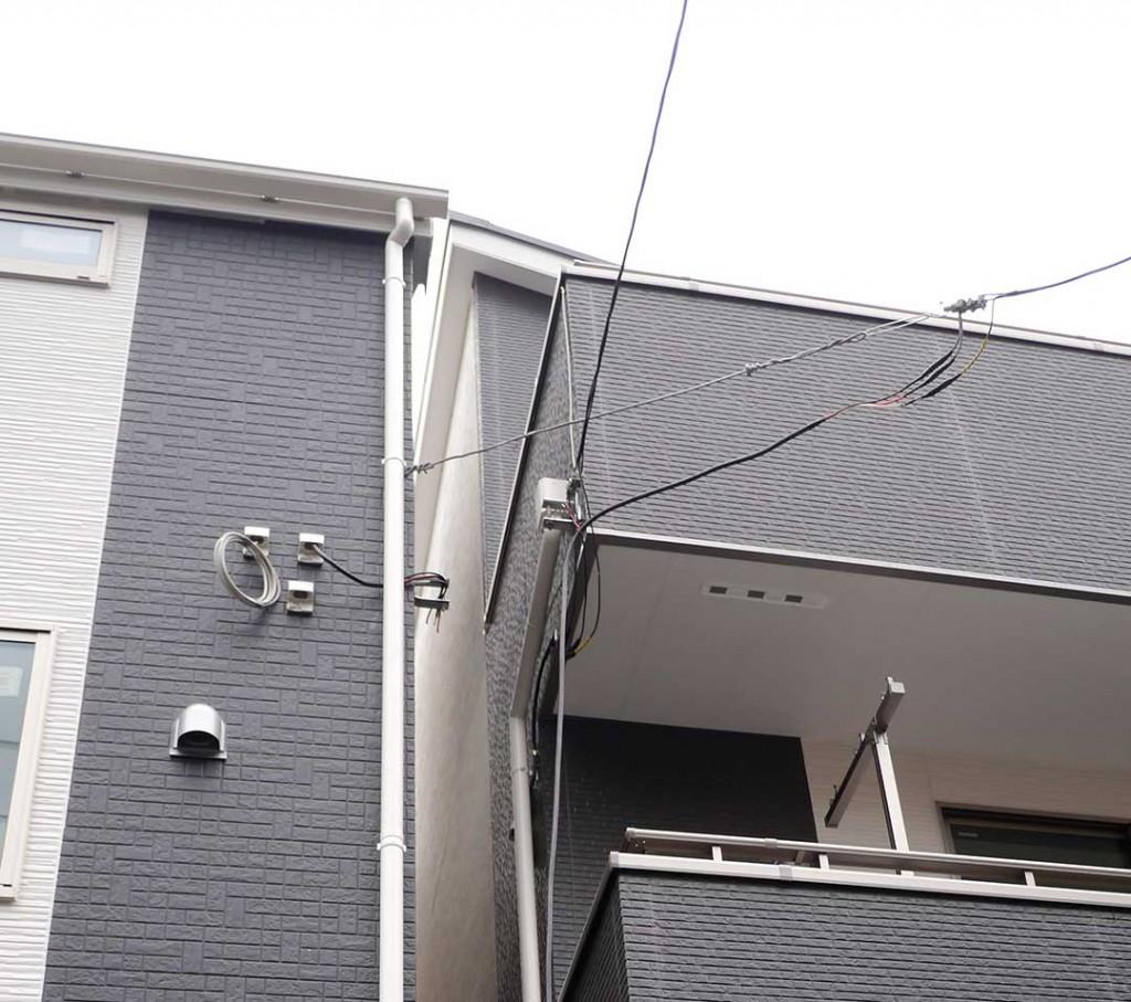 3階建ての建物で、2階部分から引込線がある場合などはほとんどの場合屋根裏にはアンテナ線は入っていません。