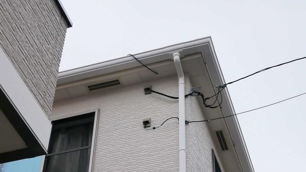 軒下から出ているアンテナ線