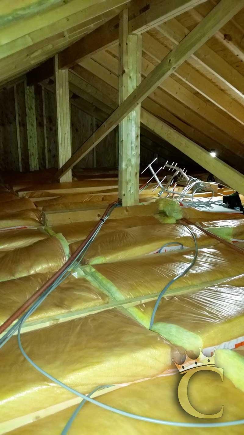 十分広い屋根裏でもったいない空間のように思えますが、これも断熱性能に役立っています