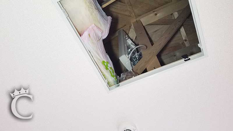 アンテナ本体は部屋から点検口を見上げたときに見える位置に設置できました