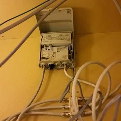 多くの場合三栄建築設計の浴室点検口内には分配器とブースター用電源が設置されています